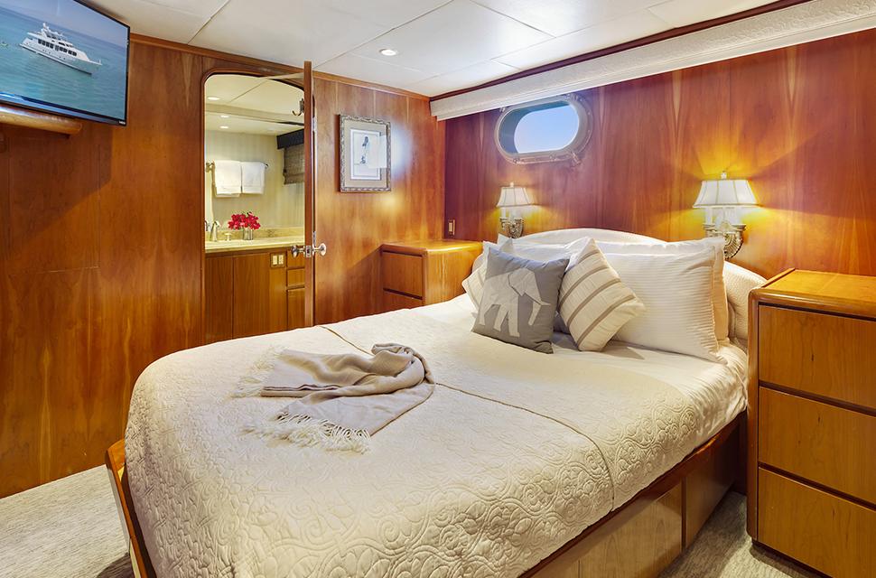 Luxury Yacht Rental: IL CAPO | 110' Broward Marine - photo 3